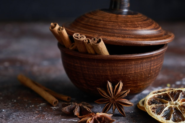 Tigela broun com aroma de vinho quente: canela, anis estrelado, casca de laranja