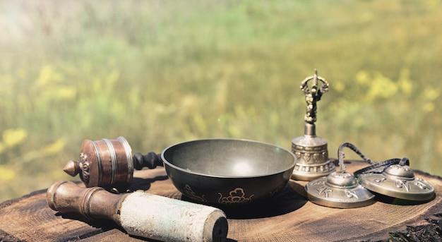 Tigela cantante e outros objetos religiosos tibetanos