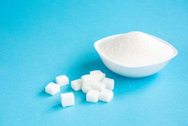 Tigela com açúcar em pó e cubos