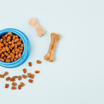 Tigela com alimentos para animais de estimação