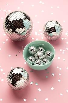 Tigela com arranjo de globos de discoteca