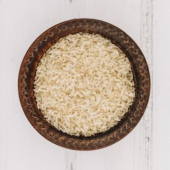 Tigela com arroz cru