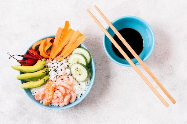 Tigela com arroz e legumes com molho de soja