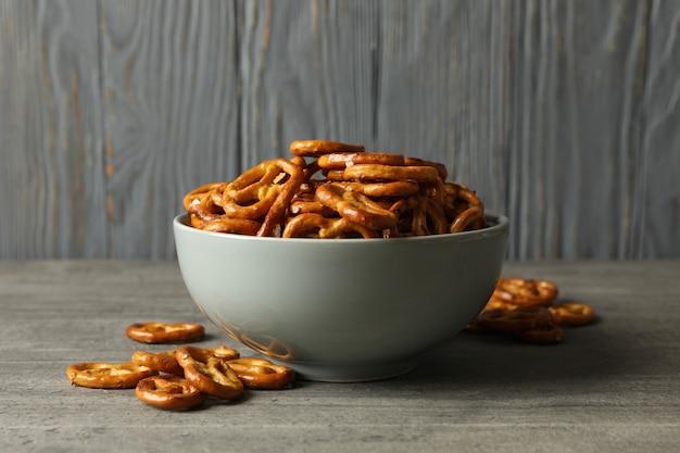 Tigela com biscoitos saborosos pretzels