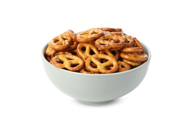 Tigela com bolachas de pretzels isoladas em branco