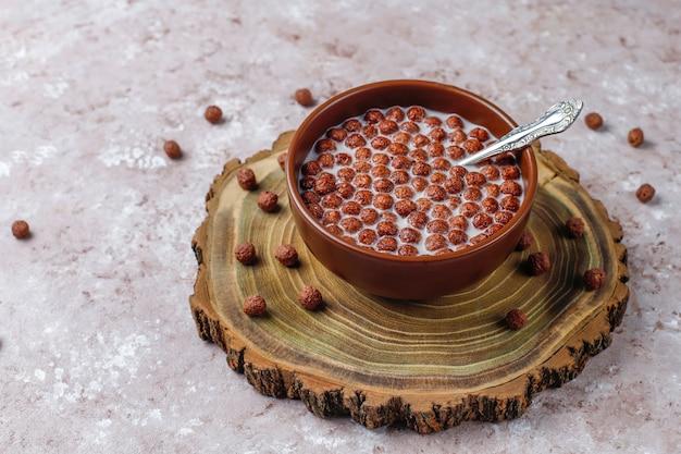 Tigela com bolas de chocolate e leite, vista superior