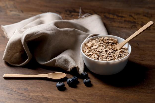 Tigela com cereais de granola e iogurte