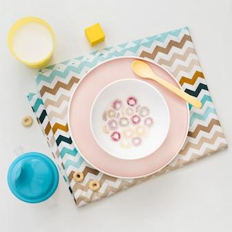 Tigela com cereais e leite na mesa