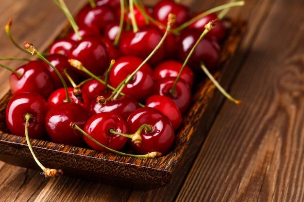 Tigela com cerejas vermelhas frescas.