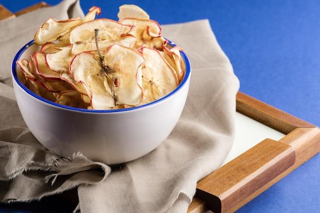 Tigela com chips de maçã em uma bandeja