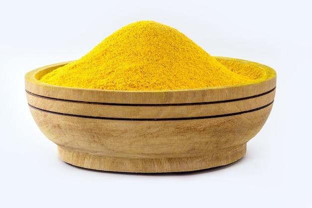 Tigela com curry em pó, tempero de açafrão em pó, açafrão em pó moído