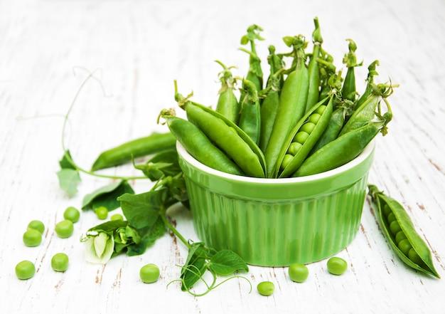 Tigela com ervilhas frescas