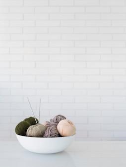 Tigela com fio de lã para tricô