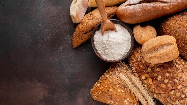 Tigela com flor e variedade de pão