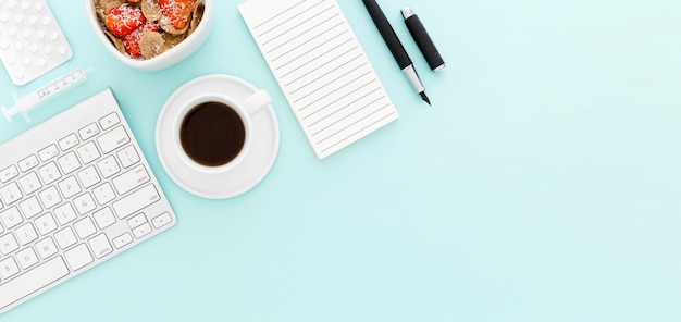 Tigela com frutas no café da manhã no escritório com cópia-espaço
