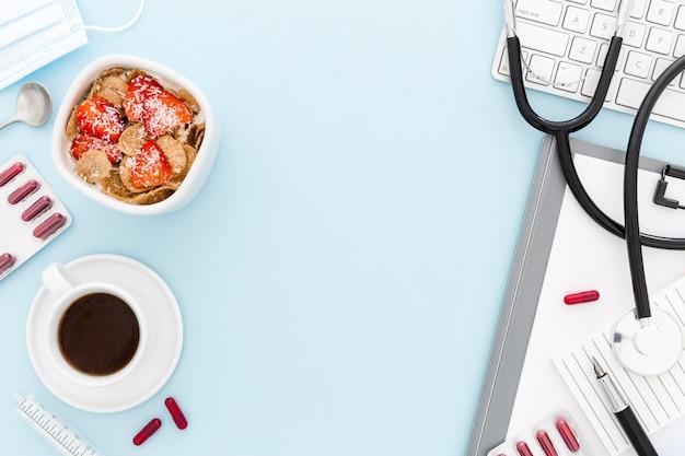 Tigela com frutas no café da manhã no escritório