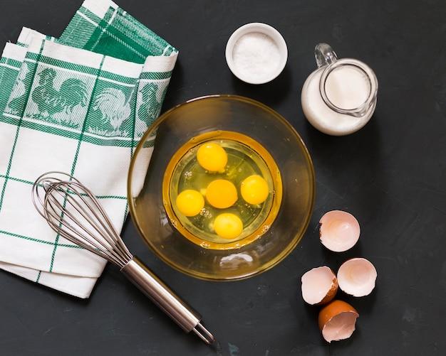 Tigela com gema de ovos