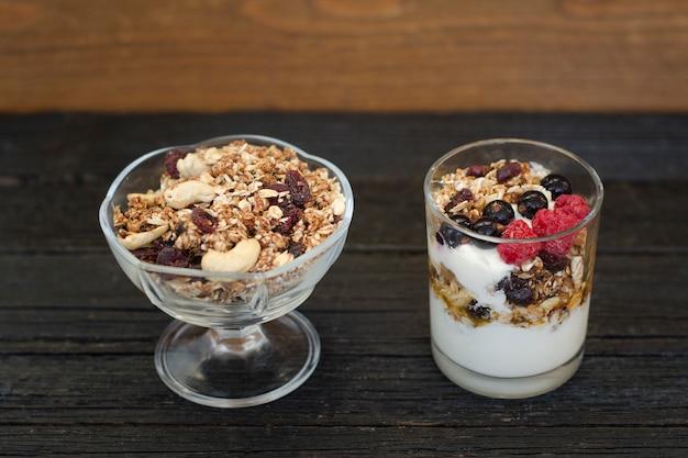 Tigela com granola e iogurte com granola e frutas. café da manhã saudável.