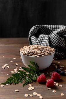 Tigela com iogurte com cereais e frutas granola