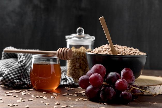 Tigela com iogurte e frutas e mel