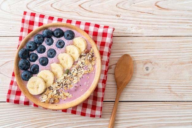 Tigela com iogurte, mirtilo, banana e granola