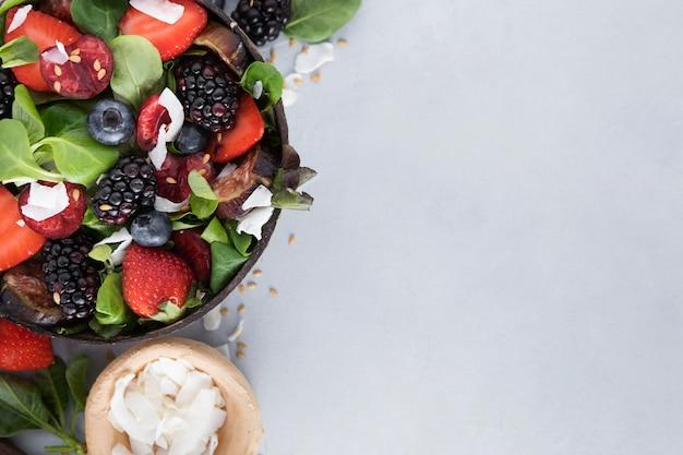Tigela com legumes e frutas