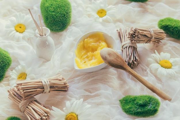 Tigela com manteiga de karité