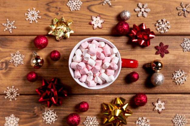 Tigela com marshmallows e decorações de natal