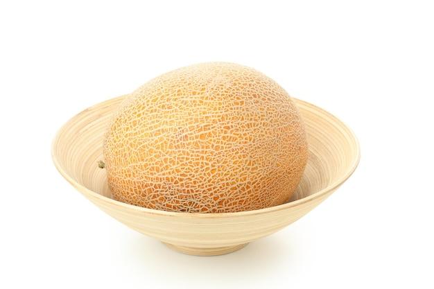 Tigela com melão isolada no fundo branco