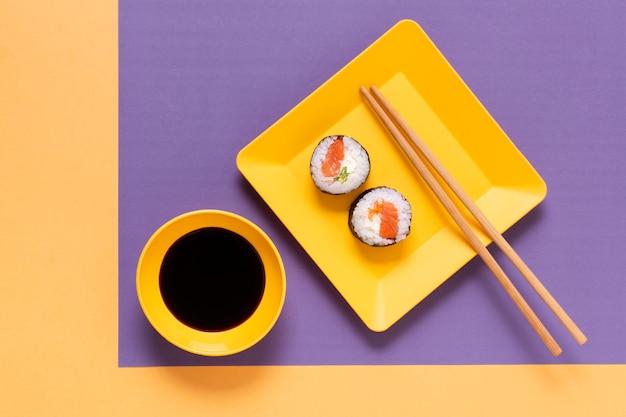 Tigela com molho de soja para sushi