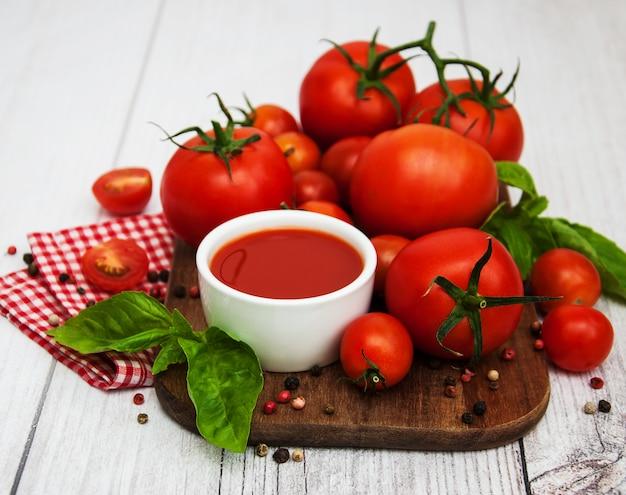 Tigela com molho de tomate