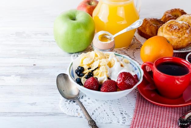 Tigela com muesli com frutas, pequeno-almoço saudável