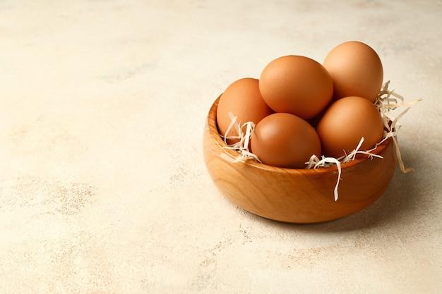 Tigela com ovos frescos em fundo branco