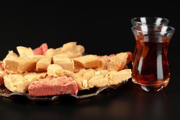 Tigela com pedaços de lokum delícia turca e chá preto
