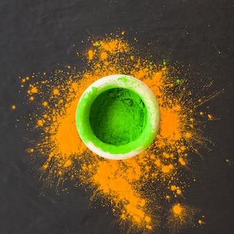Tigela com pó verde na mesa