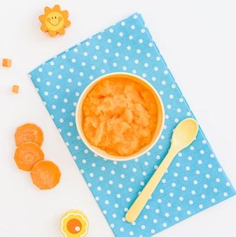 Tigela com purê de cenoura para bebê