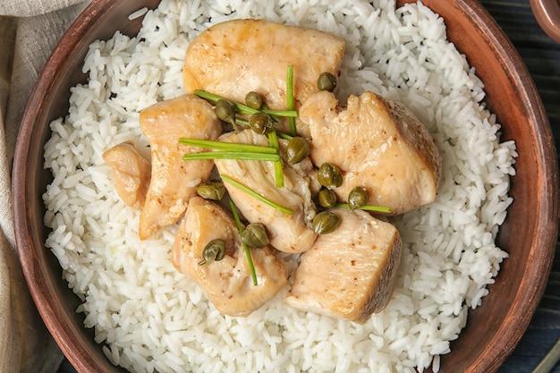 Tigela com saboroso frango e arroz, closeup