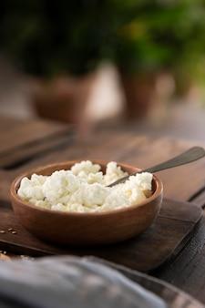 Tigela com saboroso queijo de ângulo alto