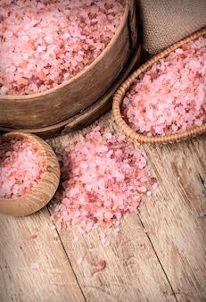 Tigela com sal rosa do himalaia