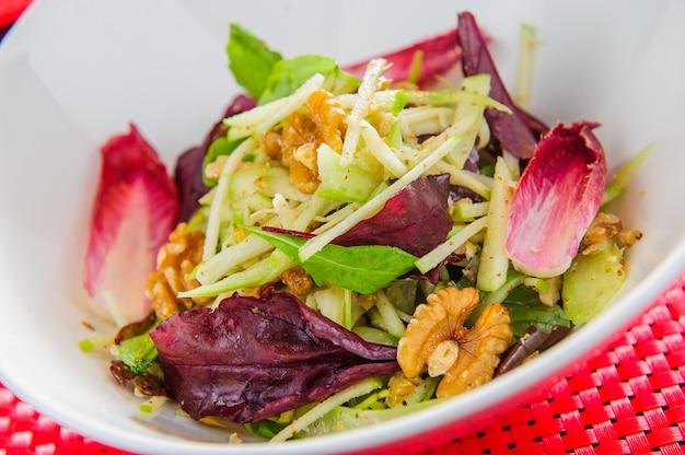 Tigela com salada vegana