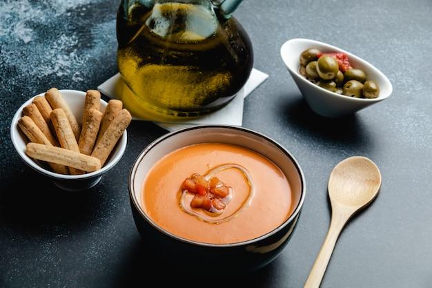 Tigela com salmorejo, uma sopa espanhola típica de tomate semelhante ao gaspacho