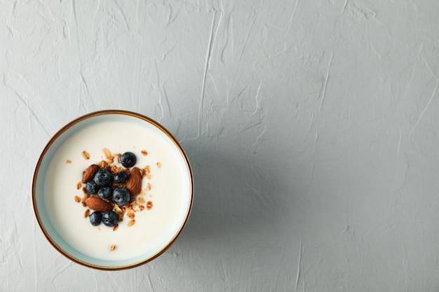Tigela com sobremesa de parfaits em fundo de cimento branco