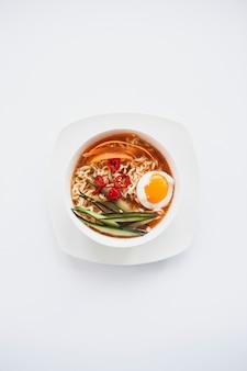 Tigela com sopa asiática