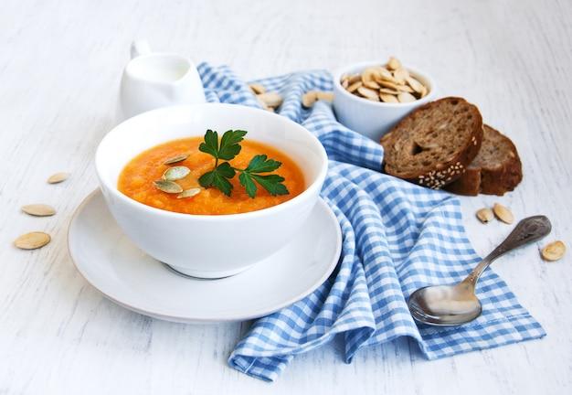 Tigela com sopa de abóbora