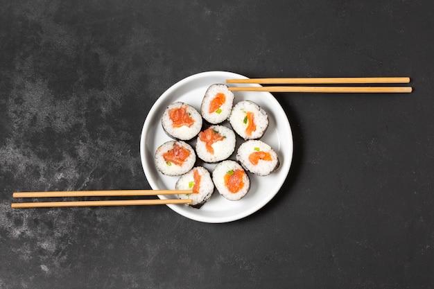 Tigela com sushi fresco