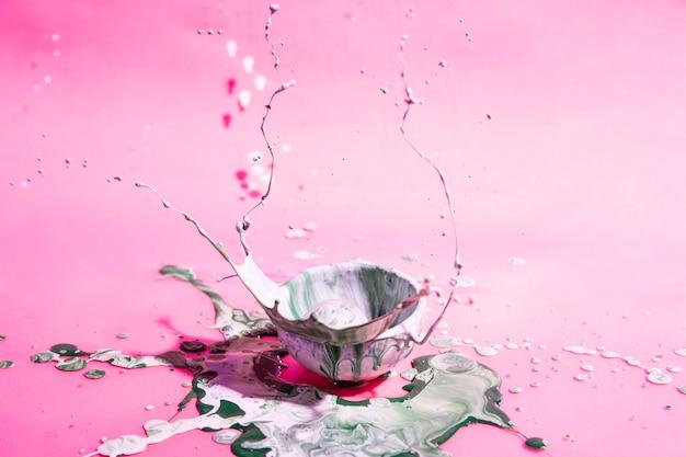 Tigela com tinta mista e fundo rosa