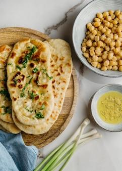 Tigela com vista de cima e comida paquistanesa