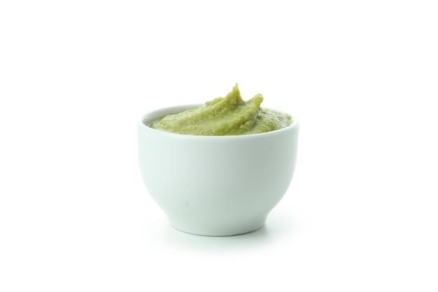 Tigela com wasabi isolada no fundo branco