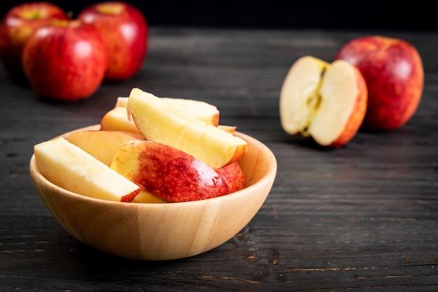 Tigela cortada de maçãs vermelhas frescas