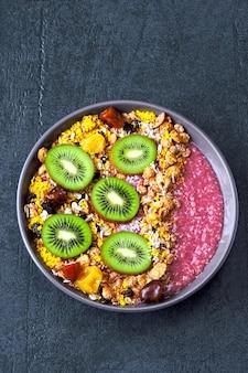Tigela de açaí saudável colorida.
